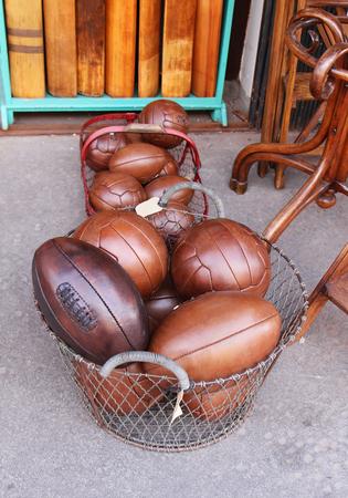 balones deportivos: La vendimia vieja de cuero marrón deporte bolas de pelo