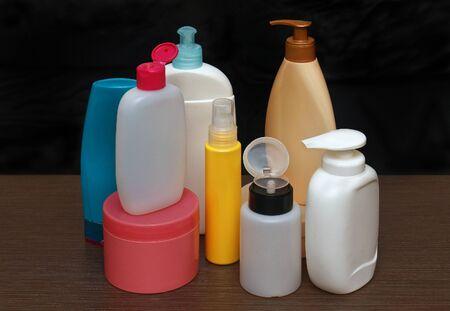 articulos de ba�o: Conjunto de art�culos de higiene personal de colores botellas de pl�stico cosm�tica Foto de archivo