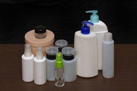 articulos de baño: Montón de botellas de plástico y vidrio, artículos de tocador Foto de archivo