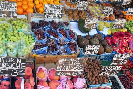 Frais organiques exotiques fruits tas sur étal de marché