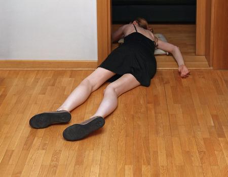 Junge blasse Haut Mädchen starb an einer Überdosis Drogen auf dem Boden liegend Standard-Bild - 60845561