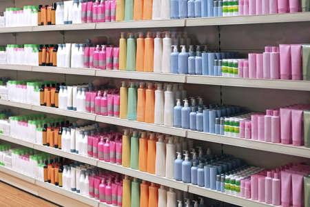 productos de aseo: botellas de plástico Artículos de higiene personal de colores en las tiendas al por menor Foto de archivo
