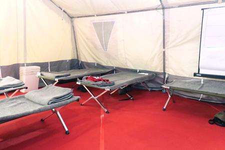 Interior do acampamento de abrigo com camas e cobertores prontos para refúgios