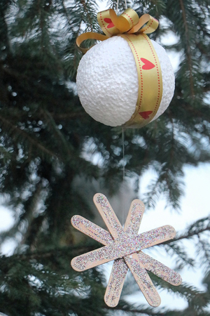 Cristmas ornament in a shape of snowball on a tree branch 免版税图像
