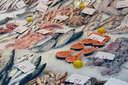 Fresh fish and other seafood on ice sold from market stall in Thessaloniki Foto de archivo