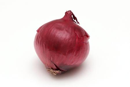 Légume oignon rouge biologique sur fond blanc