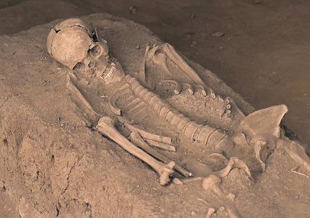 Squelette du corps humain avec des os recouverts de sable sale