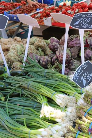 Fresh vegetables piles sold on market stall Imagens