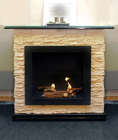 Burning retro stone fireplace in modern interior Banque d'images - 137802291