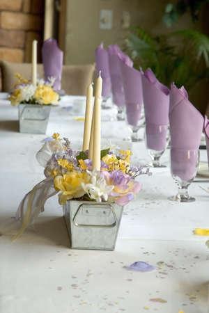 brasserie restaurant: Une table �l�gamment v�tu vue lat�rale  Banque d'images