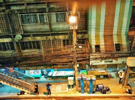 провода: уличный свет callbox коммерческое здание после электричество провода тропинка