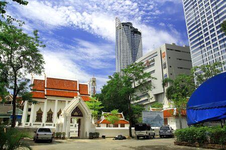 departmentstore: Office buildings of central world behind pathumwanaram temple Bangkok Thailand 2010 Stock Photo