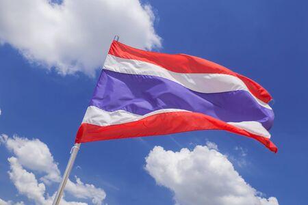 autonomia: Bandera de Tailandia en el cielo azul Foto de archivo