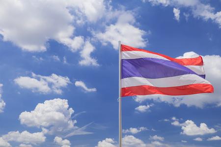 independencia: Bandera de Tailandia en el cielo azul Foto de archivo