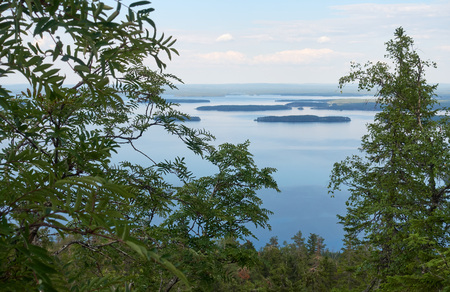 Scenic summer landscape view over the lake Pielinen from the top of the UkkoKoli, a fell at the Koli national park in Joensuu, Finland, the land of a thousand lakes. 版權商用圖片