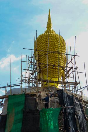 Golden Buddha-Statue in einem Tempel, Thailand Standard-Bild - 81235477