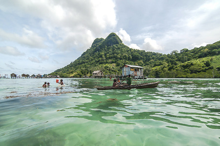 ploy: Sabah, Malaysia-July 10, 2016:Daily life of unidentified seagypsy fisherman people in Mabul Island, Malaysia. Seagypsy people is a nomadic and stay in the wooden boat or canoe.