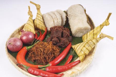 在斋月、开斋节和古尔邦,著名的传统马来食物是lemang(竹饭)、ketupat(椰子叶饺子)和dan rendang牛肉。自由度和复制空间。