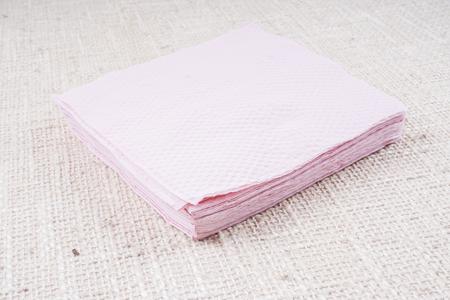 servilleta de papel: servilleta de color rosa aisladas sobre fondo blanco. Cocina servilleta de papel. toalla limpia la comida en el restaurante. Solo objeto de forma cuadrada. mantel blanco en el vector. Doméstica, cafetería tela.