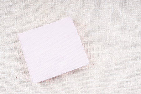 servilleta de papel: Pink napkin isolated on white background. Kitchen paper serviette. Clean food towel in restaurant. Single square shape object. Blank tablecloth on table. Domestic, cafe cloth.