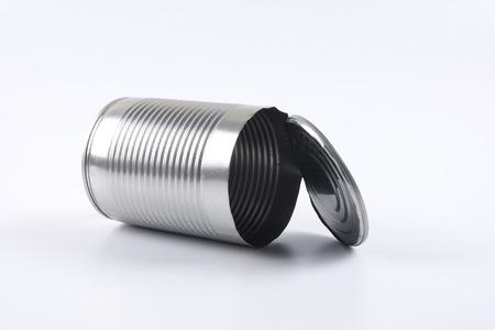 Lege oped aluminium kan op wit worden geïsoleerd.