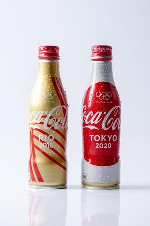 cola canette: KUALA LUMPUR - 19 MARS 2017: boîtes de coupe du monde Coca-Cola. Coca-cola est la boisson gazeuse la plus vendue au monde