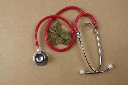 Stethescope rouge sur fond en bois. Concept médical et de soins de santé.