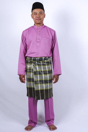 전통적인 옷을 입은 남자가 Eid Fitr을 축하합니다.