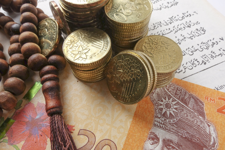ロザリオとコイン。イスラム教の銀行金融概念。