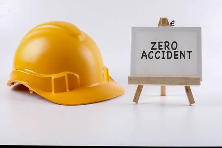 흰색 배경에 노란색 hardhat 안전 헬멧입니다. 산업 안전 보건 개념입니다. 스톡 콘텐츠