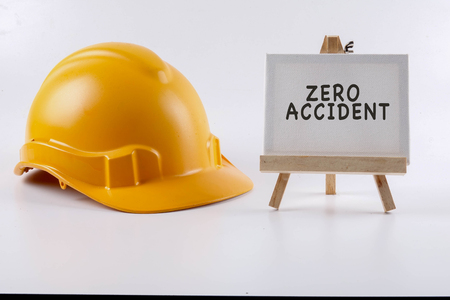 Casque de sécurité en casque de protection jaune sur fond blanc. Sécurité industrielle et santé conceptuelle. Banque d'images