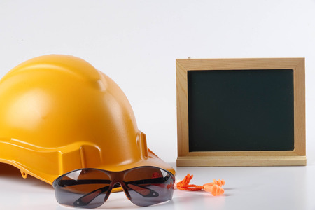 Amarillo casco de seguridad casco, vidrio de seguridad y tapón de oído aisladas sobre fondo blanco. Seguridad industrial y salud conceptual. Foto de archivo - 83131364
