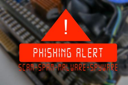 フィッシング詐欺警告の言葉で CPU プロセッサを搭載した電子回路基板の PCB のクローズ アップをぼやけています。