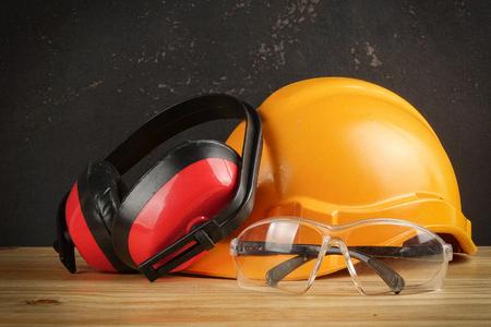 Persönliche Schutzausrüstung (PSA) auf einem rustikalen schwarzen Hintergrund. Standard-Bild