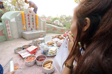 静宮墓地で清明祭のいけにえのささげ物と先祖崇拝を祈ってラチャブリ、タイ - 2017 年 4 月 4 日: タイの人々 報道画像