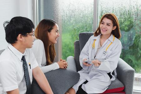 Jeune femme médecin asiatique consultant un patient au bureau de l'hôpital. Soins de santé et concept médical. Banque d'images