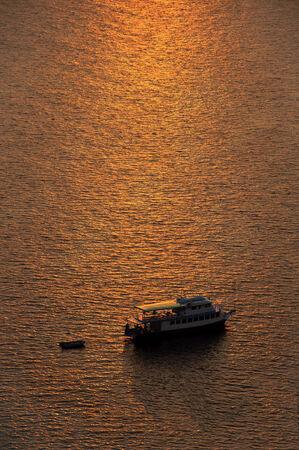 going out: barca da pesca uscire per un tramonto