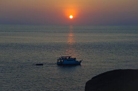 going out: barca da pesca di uscire per un tramonto Archivio Fotografico