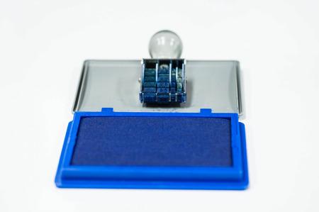tampon en caoutchouc et bleu couleur tampon encreur sur fond blanc isolé.