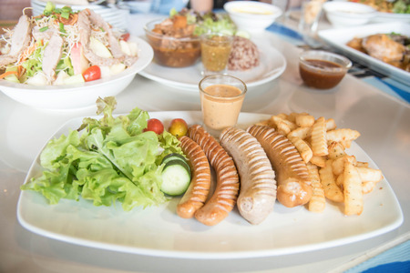 chorizos asados: Embutidos y verduras a la parrilla