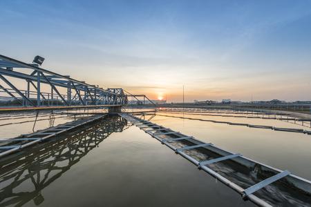 ecosistema: cuenca de sedimentación, aguas residuales fluye a través de grandes tanques