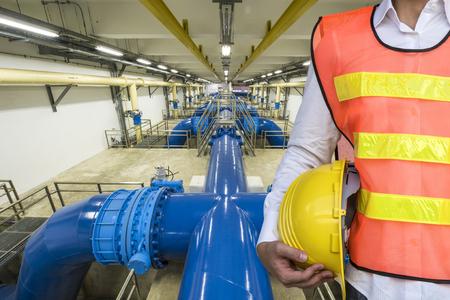 agua purificada: Tubería de agua de lavado a contracorriente en planta de tratamiento de agua Foto de archivo
