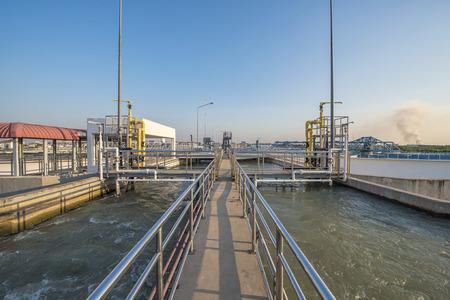 aguas residuales: toma de agua con el proceso de adición de productos químicos en la Planta de Tratamiento de Agua