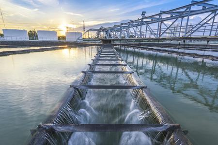 aguas residuales: Planta de tratamiento de agua al atardecer