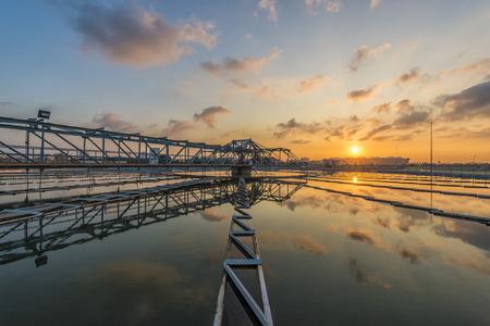 aguas residuales: El proceso de recirculación de fangos Sólido Tipo de contacto del tanque clarificador en la planta de tratamiento de agua con Sun Rise Foto de archivo