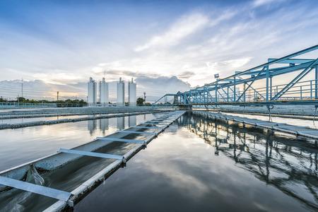 aguas residuales: El proceso de recirculación de fangos Sólido Tipo de contacto del tanque clarificador en la planta de tratamiento de las aguas Foto de archivo