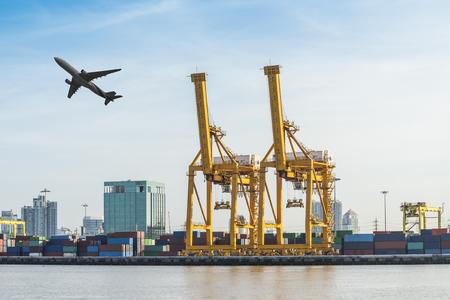 working crane bridge in shipyard at Logistic Import Export zone Foto de archivo