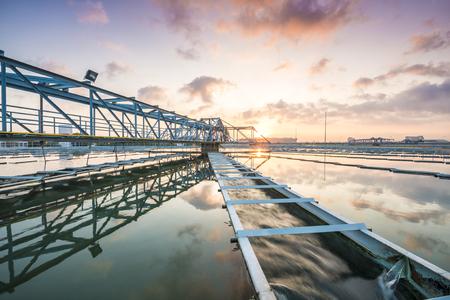 El proceso de recirculación de fangos Sólido Tipo de contacto del tanque clarificador de la Planta de Tratamiento de Agua con Sun Rise Foto de archivo