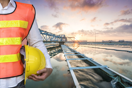 Inżynier ze stałym kontaktowe typu Rozjaśniacze zbiornika osadów recyrkulacji procesu w Stacji Uzdatniania Wody z Sun Rise Zdjęcie Seryjne