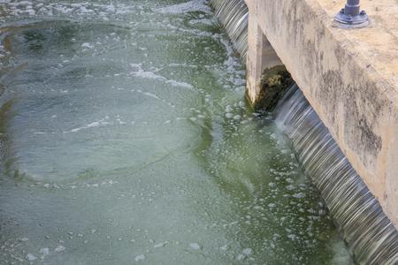 filtración: arena tanque de filtración en la planta de tratamiento de agua Foto de archivo